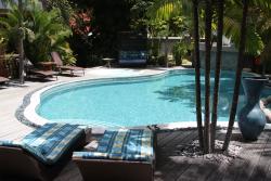Séjour aux Seychelles hôtel Duc de Praslin repos autour de la piscine pendant des vacances organisées par une agence voyage spécialisée routedesseychelles.com