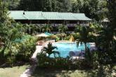 Vacances aux Seychelles hôtel Acajou Beach Resort vue de la piscine pendant des vacances organisées par une agence voyage spécialisée routedesseychelles.com