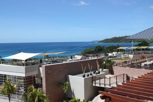 Vacances aux Seychelles hôtel Raffles île de Praslin des vacances organisées par une agence voyage spécialisée routedesseychelles.com