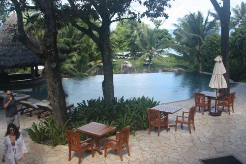 Voyage aux Seychelles hôtel Beach Villa vue sur la piscine à débordement pendant des vacances organisées par une agence voyage spécialisée routedesseychelles.com