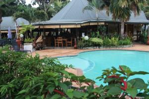 Séjour aux Seychelles sur l'île de Praslin piscine et bar de l'hôtel