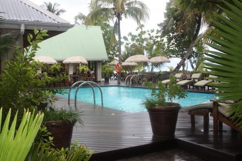 Circuit aux Seychelles hôtel Indian Ocean Lodge la piscine pendant des vacances organisées par une agence voyage spécialisée routedesseychelles.com