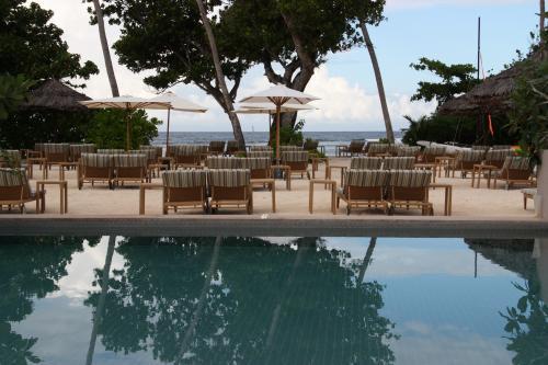 Vacances aux Seychelles hébergement Kempinski Resort au bord de la plage organisé par une agence voyage spécialisée routedesseychelles.com