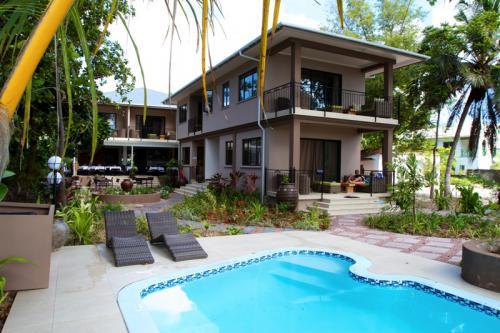 Séjour aux Seychelles hôtel Le Repaire vue de la piscine des vacances organisées par une agence voyage spécialisée routedesseychelles.com