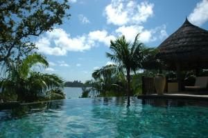 Séjour aux Seychelles sur l'île Praslin la piscine a débordement vue sur la baie, un voyage organisé par agence de voyages spécialisée routedesseyshelles.com