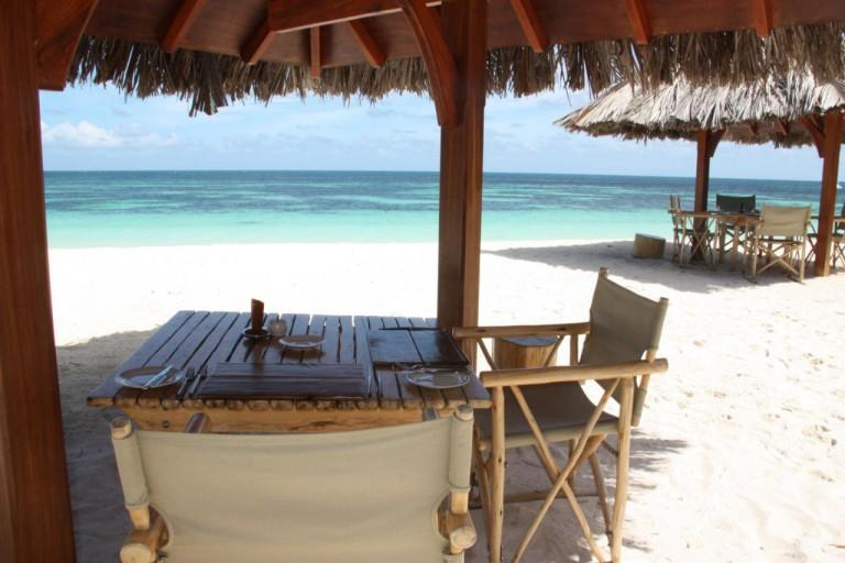 Circuit aux Seychelles déjeuner plage hôtel Desroches Island Resort des vacances organisées par une agence voyage spécialisée routedesseychelles.com