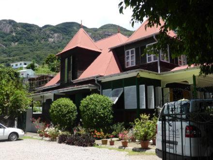 maison-des-seychelles-mur-noir-vacances-voyage-circuit-sejour